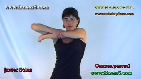 Ejercicio pilates Flexibilidad, brazo flexionado por debajo del hombro