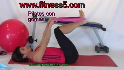 Pilates, ejercicio con gomas para los muslos y los hombros.