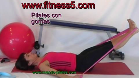 Ejercicio pilates Pilates, ejercicio con gomas para los muslos y los hombros.
