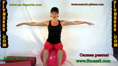 Ejercicio de abdominales por desequilibrio en la pelota, sentada brazos en cruz.