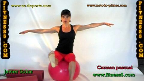 Ejercicio pilates Ejercicio de abdominales por desequilibrio en la pelota, sentada brazos en cruz.