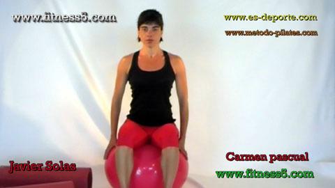 Ejercicio de abdominales por desequilibrio en la pelota, sentada brazos en la pelota.