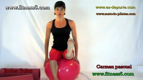 Ejercicio pilates Ejercicio de abdominales por desequilibrio en la pelota, sentada brazos en la pelota.