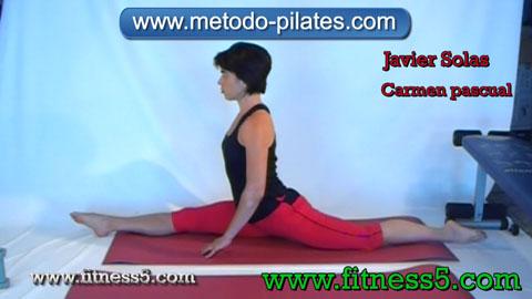 Postura pilates clasico de estiramiento de piernas integral con mirad al frente, apertura y flexion.