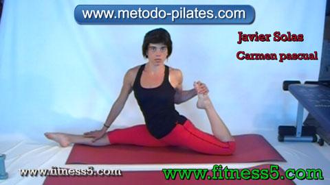 Ejercicio pilates Postura pilates clasico de estiramiento de piernas integral con mirad al frente, apertura y flexion.