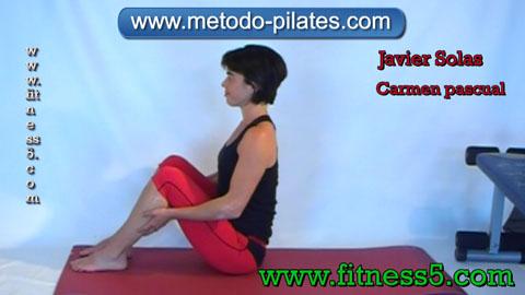 Ejercicio de stretching o de pilates clasico de estiramiento de cadera y muslo.