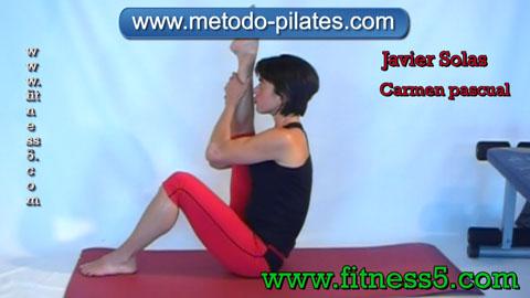 Ejercicio pilates Ejercicio de stretching o de pilates clasico de estiramiento de cadera y muslo.