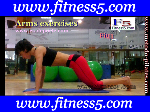 Fondos de brazos con las rodillas en el suelo y las manos a la altura de los hombros.