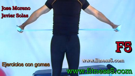 Ejercicio pilates Aperturas de brazos abajo y por detras con gomas