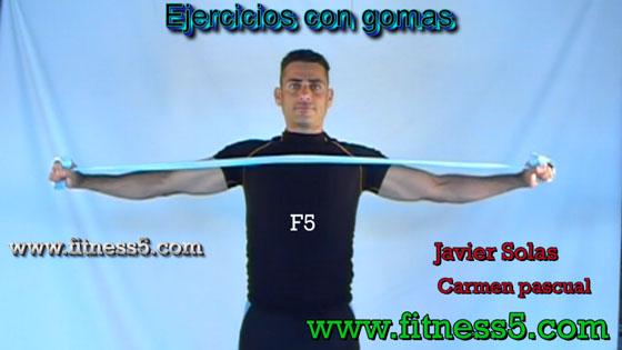 Ejercicio pilates Aperturas frontales de brazos con gomas
