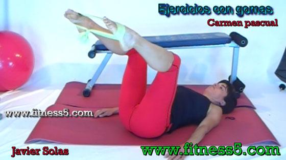 Apertura de piernas con gomas tombado, piernas en el aire y rodillas flexionadas