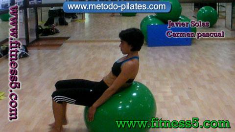 Ejercicio pilates Rodar con la pelota hacia delante