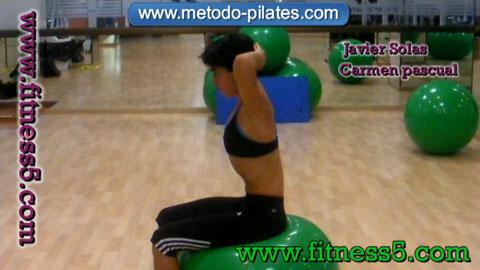 Flexion de la columna con las manos en la cabeza y encima de la pelota