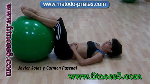Ejercicio abdominales con los pies en la pelota