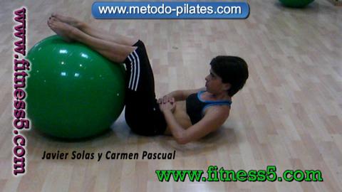 Ejercicio pilates Ejercicio abdominales con los pies en la pelota